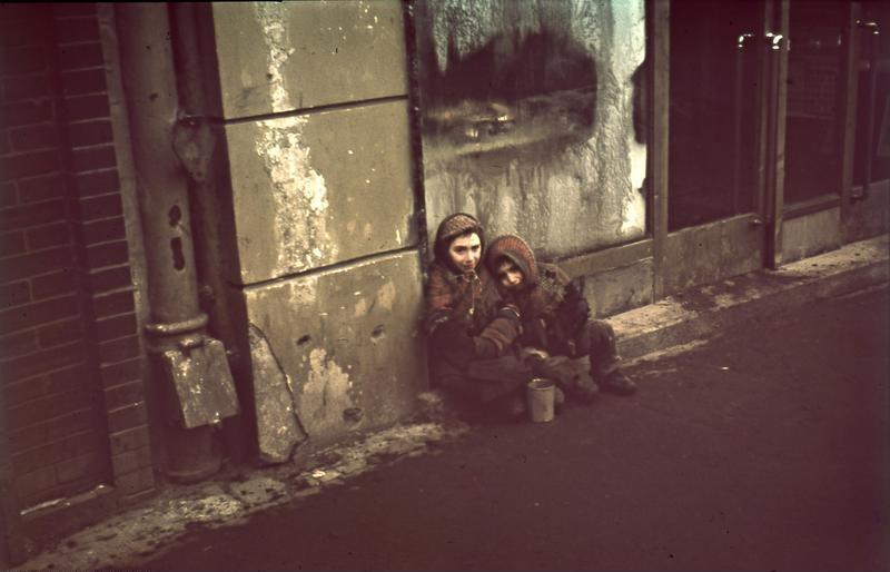 Bundesarchiv_N_1576_Bild-003,_Warschau,_Bettelnde_Kinder