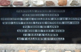 Aberfan_Memorial_Garden_dedication_plaque_-_3031769_afe588eb