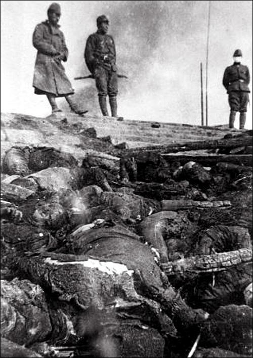 Bodies_of_Chinese_massacred_by_Japanese_troops_along_a_river_in_Nanjing_(Murase_Moriyasa's_photo)_01
