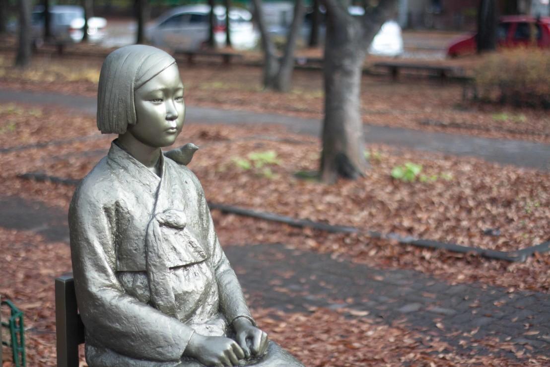 Peace_statue_comfort_woman_statue_위안부_소녀상_평화의_소녀상_(3)_(22609310033)