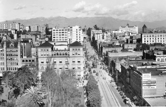 View_of_Hill_Street,_looking_north_from_6th_Street,_Los_Angeles,_ca.1913_(CHS-5692)