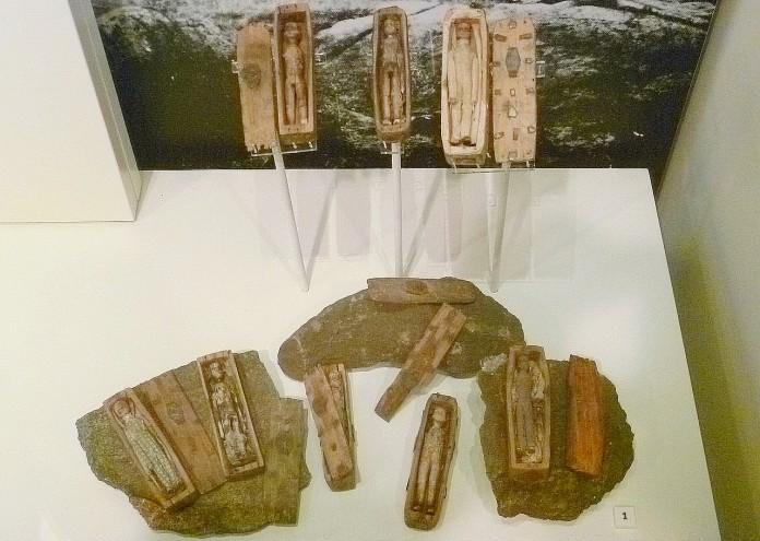 1280px-Arthur's_Seat_coffins