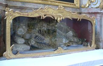 1280px-Kisslegg_Pfarrkirche_Sarkophag_St_Clemens