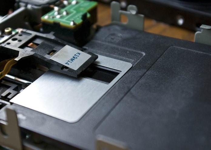 1280px-Lecteur_de_disquette_2