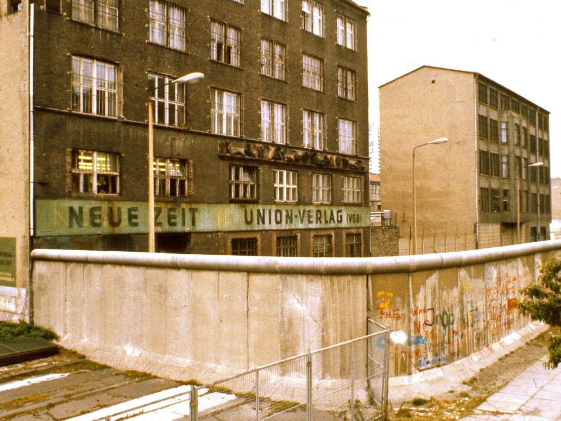 Exterior_of_East_Berlin_Neue_Zeit_newspaper,_with_Berlin_Wall_in_foreground