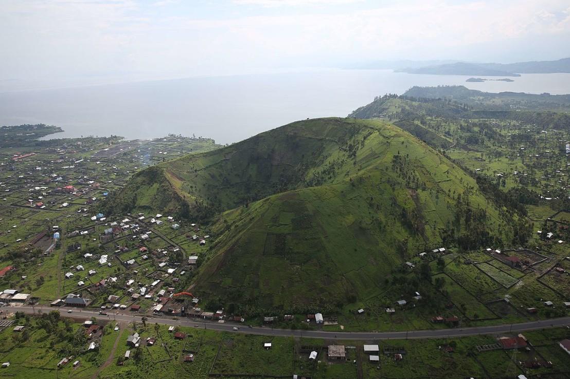 Nord-Kivu,_RD_Congo_-_Vue_sur_un_cratère_aux_abords_de_la_ville_de_Goma._(22722760943)