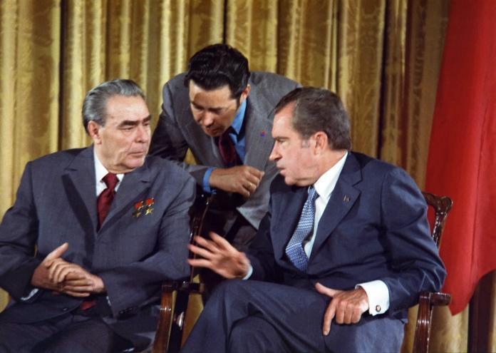 1280px-Leonid_Brezhnev_and_Richard_Nixon_talks_in_1973