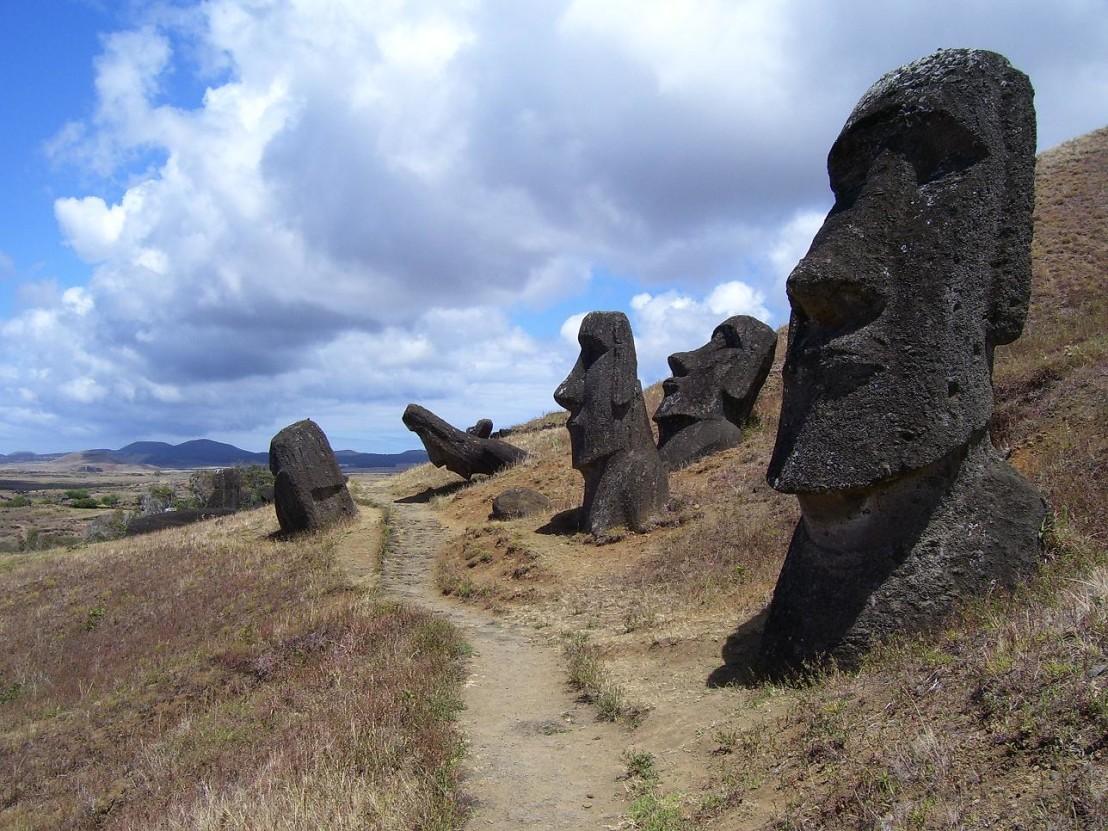 Moais,_Isla_de_Pascua._-_panoramio