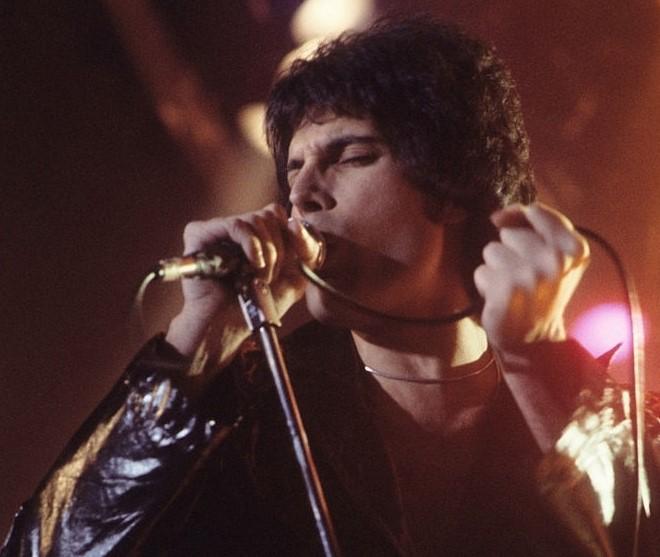 690px-Freddie_Mercury_performing_in_New_Haven,_CT,_November_1977