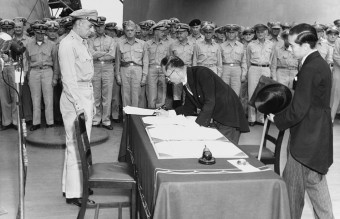 1279px-Mamoru_Shigemitsu_signs_the_Instrument_of_Surrender,_officially_ending_the_Second_World_War