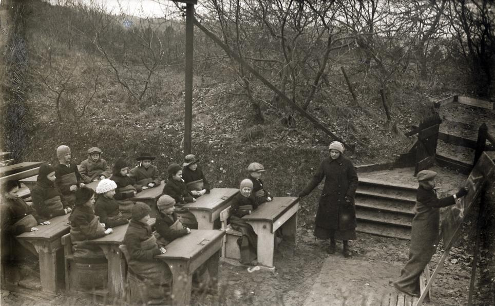 Openluchtschool_in_de_vrieskou_Open-air_school_in_the_freezing_cold_(3915530627)