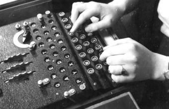 Bundesarchiv_Bild_183-2007-0705-502,_Chiffriermaschine__Enigma_
