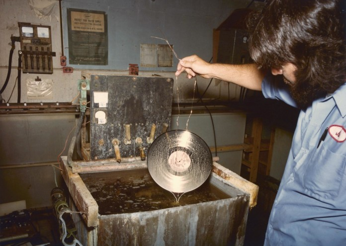 Voyager_golden_record_gold_plating