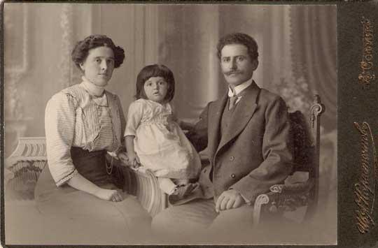 Vasil_Chekalarov_with_his_family