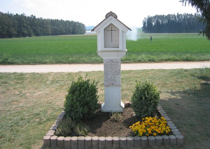 1280px-Hinterkaifeck-Marterl