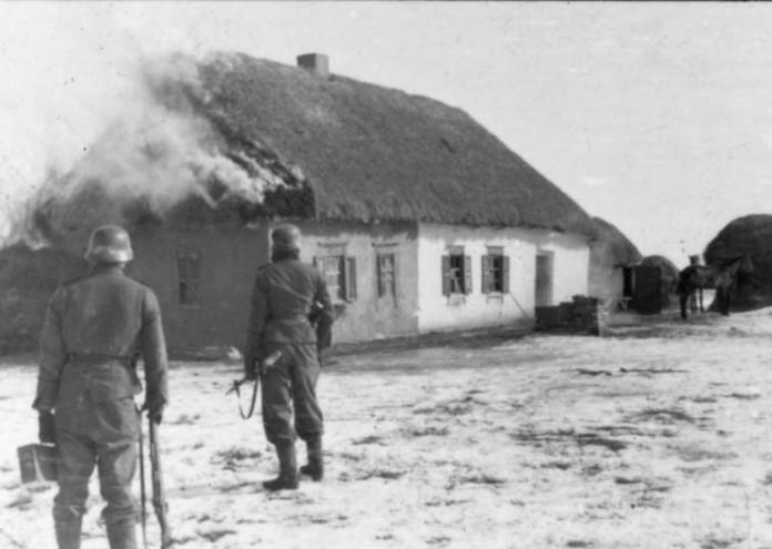 Bundesarchiv_Bild_101III-Zschaeckel-186-36,_Charkow,_Waffen-SS_vor_brennendem_Haus