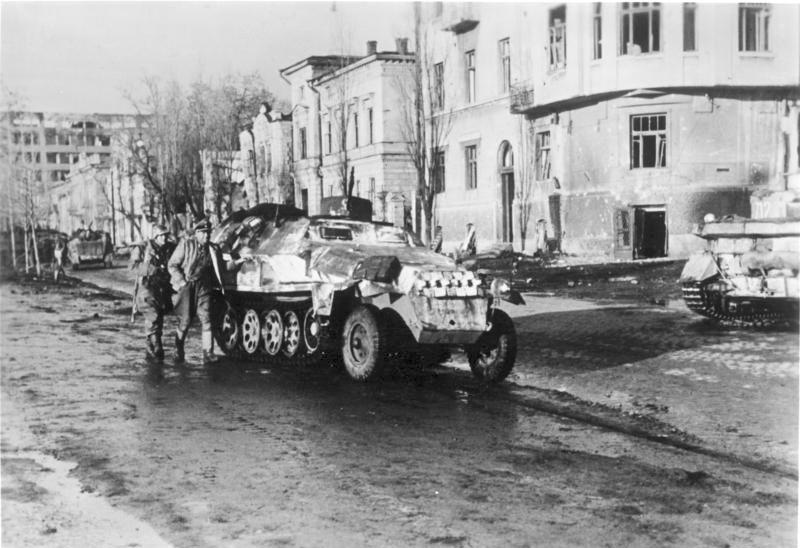Bundesarchiv_Bild_183-J22454,_Charkow,_Schützenpanzerwagen_der_SS