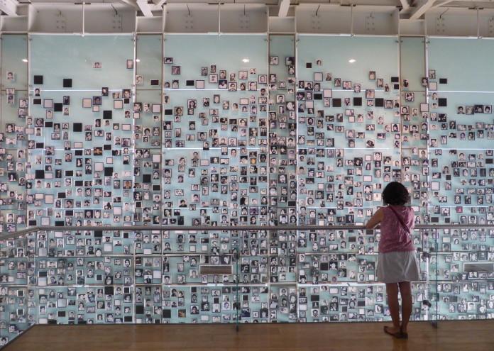 Retratos_de_víctimas_en_el_Museo_de_la_Memoria_y_los_Derechos_Humanos,_de_Santiago_de_Chile