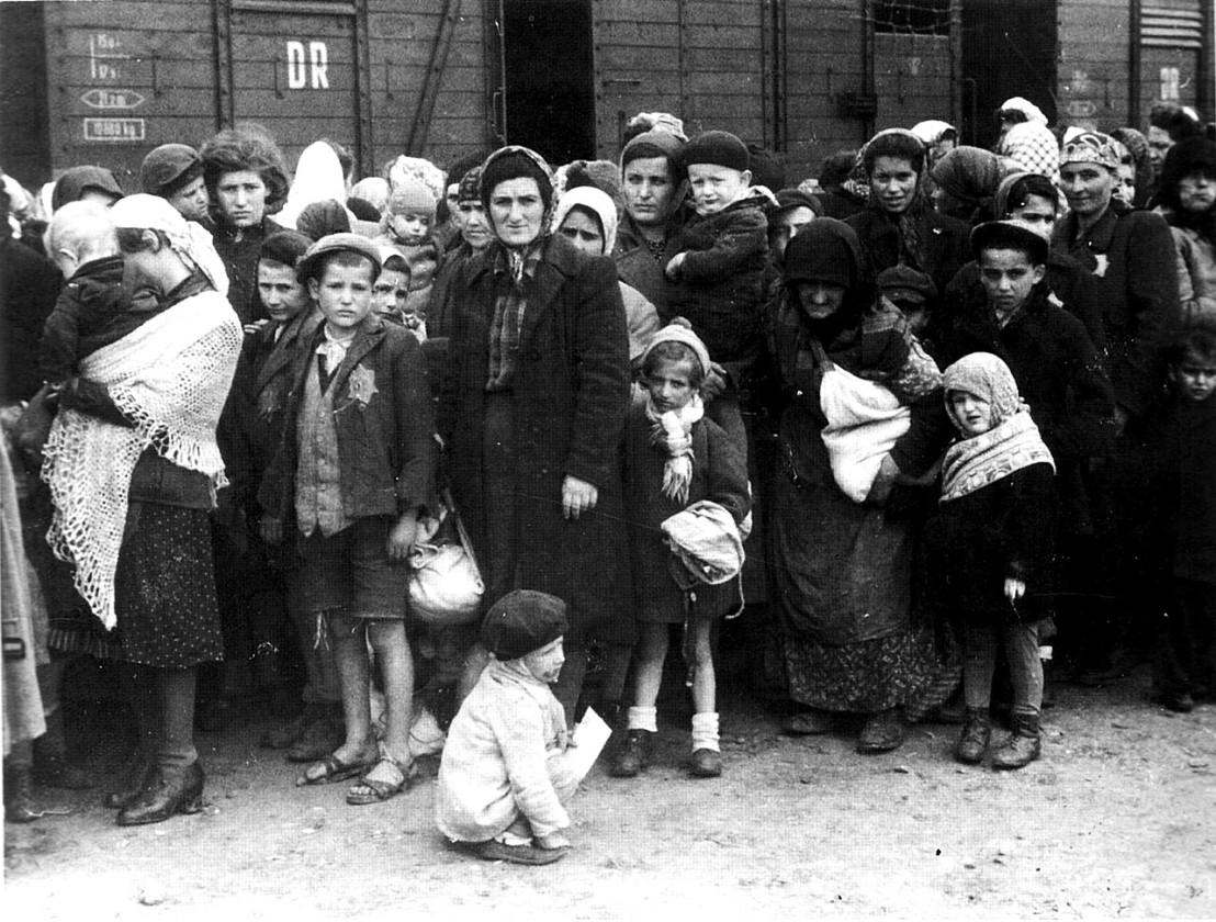 1280px-Bundesarchiv_Bild_183-N0827-318,_KZ_Auschwitz,_Ankunft_ungarischer_Juden