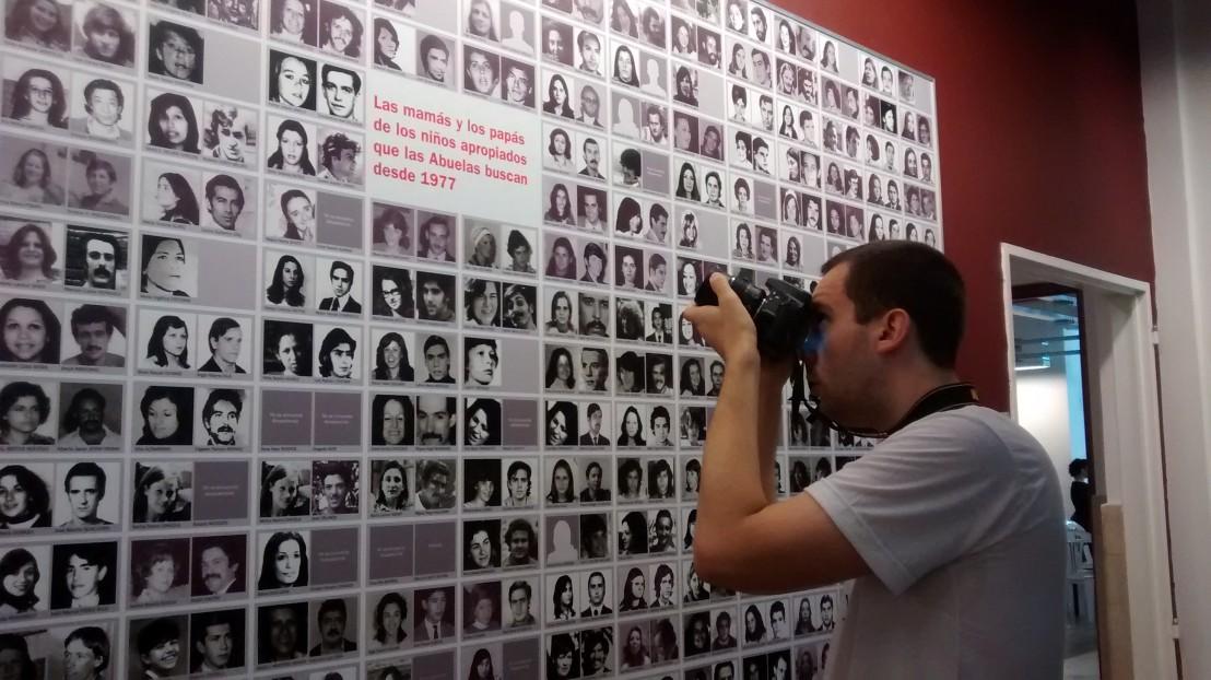 Voluntarios_registrando_la_muestra_de_la_Casa_por_la_Identidad