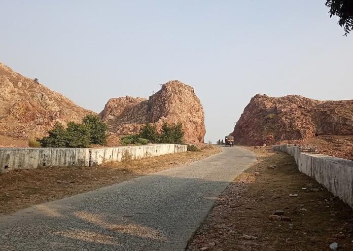 1024px-Link_between_Ghivra_Mauja_in_Gehlaur_Ghati_to_Atara_Prakhand_Wazirganj_made_by_Dashrath_Manjhi_IMG_20191127_145150