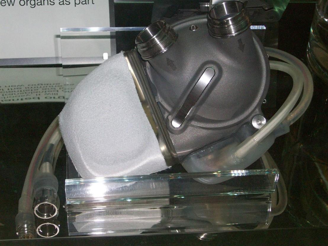 1280px-Artificial-heart-london