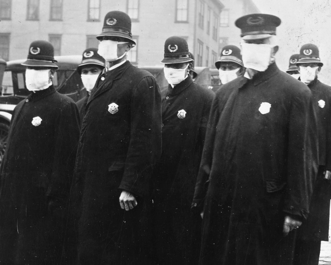 1280px-Spanish_flu_in_1918,_Police_officers_in_masks,_Seattle_Police_Department_detail,_from-_165-WW-269B-25-police-l_(cropped)