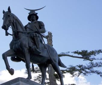 1280px-Statue-of-Date-Masamune-in-Aobayama-Park-Sendai-2016