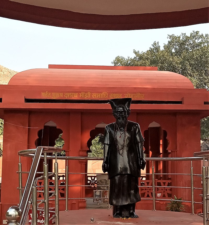 800px-Statue_of_Dashrath_Manjhi_in_front_of_his_memorial_at_Gehlaur_IMG_20191127_145011