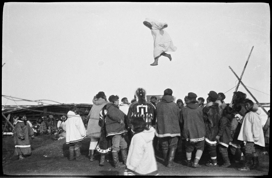 Inuitene_morer_seg_med_såkalt_skinndans,_1922-1923_(12114498483)