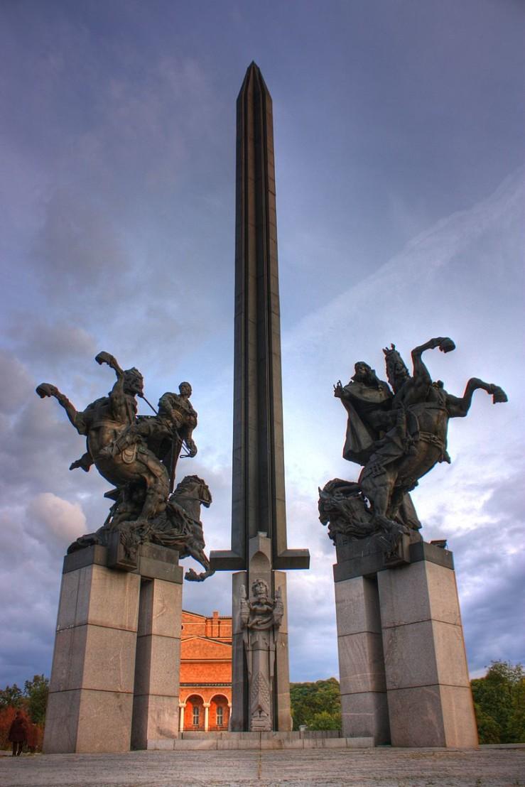 800px-Bulgarian_Asen_dynasty_monument_Veliko_Tarnovo_Klearchos