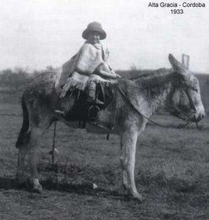 Che_G_-_Alta_Gracia_-_1933_-_Sobre_el_burro