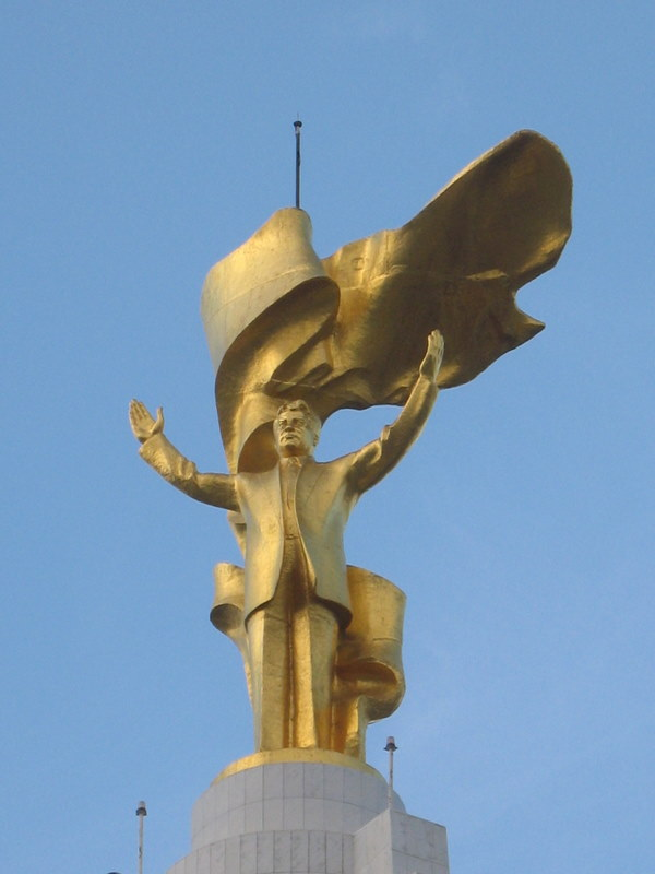 Het_grootste_standbeeld_van_Turkmenbashi_(3406778102)